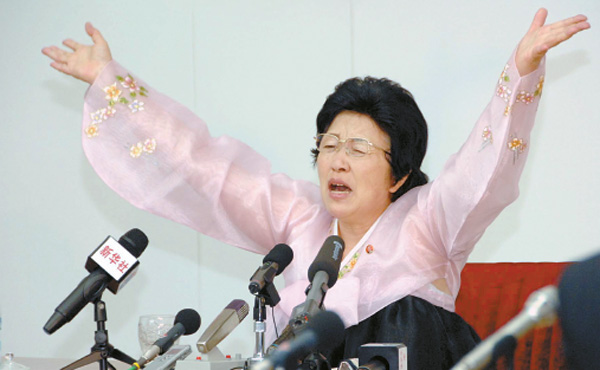 "Pak Jong-suk, a double defector, speaks at a press conference in North Korea on June 28 during which she admitted to defecting to the South and lambasted the capitalist system she experienced. Pak said she defected to see her father, who lived in the South, and called her decision ""foolish."" [YONHAP]"