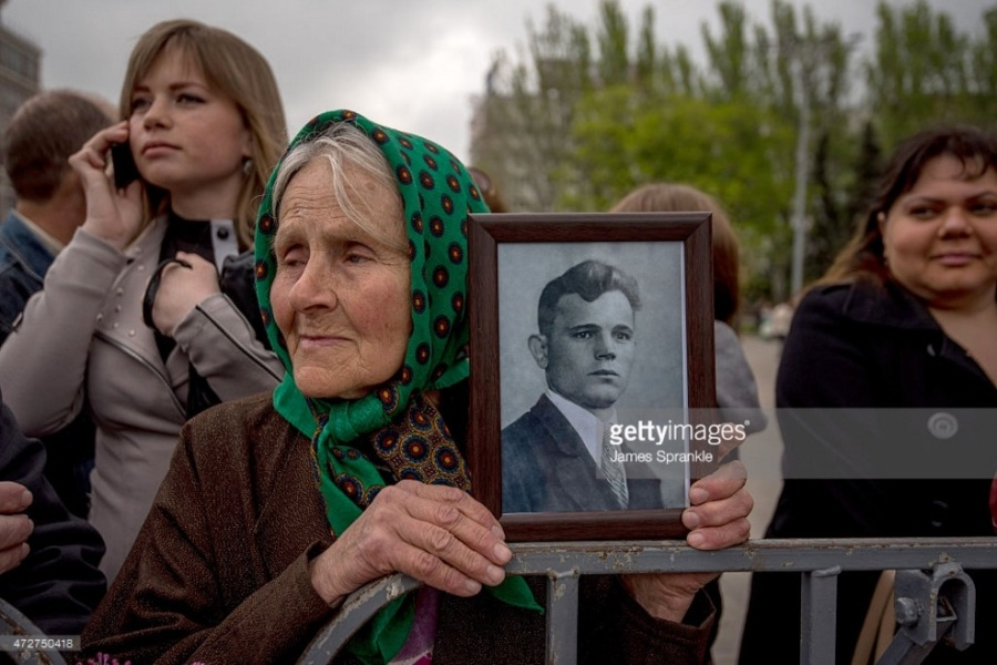 woman with father veteran - May 9 2015 Donetsk 70 VE Day copy