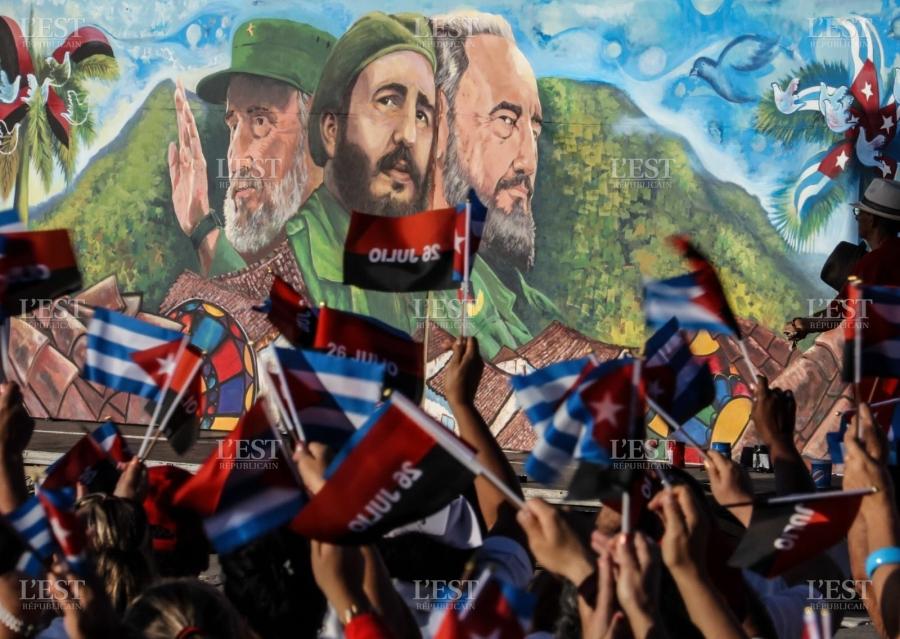 les-cubains-agitent-des-drapeaux-devant-une-affiche-representant-l-ancien-president-fidel-castro-ils-celebrent-ce-mardi-le-63e-anniversaire-de-l-assaut-a-la-caserne-moncada-un-evenement-largement-considere-comme-le-debut-de-la-revolution-cu